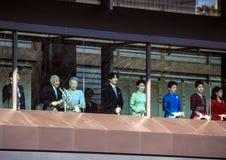 Os membros da família imperial no balcão do palácio são cumprimentados pelos povos no quadrado no Tóquio imagens de stock royalty free