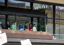 Os membros da família imperial no balcão do palácio são cumprimentados pelos povos no quadrado no Tóquio fotografia de stock