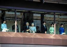 Os membros da família imperial no balcão do palácio são cumprimentados pelos povos no quadrado no Tóquio fotos de stock