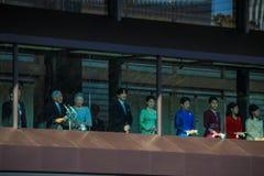 Os membros da família imperial no balcão do palácio são cumprimentados pelos povos no quadrado no Tóquio foto de stock royalty free