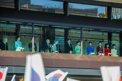 Os membros da família imperial no balcão do palácio são cumprimentados pelos povos no quadrado no Tóquio fotografia de stock royalty free