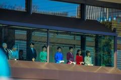 Os membros da família imperial no balcão do palácio são cumprimentados pelos povos no quadrado no Tóquio imagem de stock