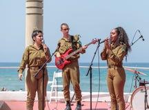 Os membros do grupo da música do exército executam na cidade de Haifa em honra do 70th aniversário da independência do estado de Fotos de Stock
