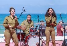 Os membros do grupo da música do exército executam na cidade de Haifa em honra do 70th aniversário da independência do estado de Foto de Stock