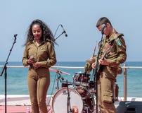 Os membros do grupo da música do exército executam na cidade de Haifa em honra do 70th aniversário da independência do estado de Foto de Stock Royalty Free