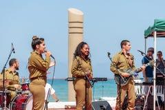 Os membros do grupo da música do exército executam na cidade de Haifa em honra do 70th aniversário da independência do estado de Fotos de Stock Royalty Free