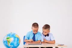 Os meninos aprendem a tabuleta do Internet das lições Imagens de Stock Royalty Free