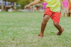 Os meninos asiáticos praticam retroceder a bola para marcar objetivos imagem de stock royalty free