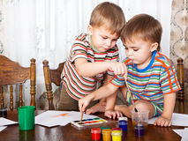 Os meninos bonitos estão pintando foto de stock