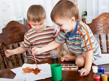 Os meninos bonitos estão pintando imagem de stock