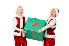 Os meninos de riso felizes adoráveis em Santa vestem guardar a caixa de presente do Natal Fundo branco isolado imagem de stock