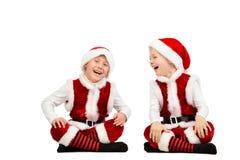 Os meninos de riso felizes da criança no Natal Santa vestem-se Fundo branco isolado foto de stock