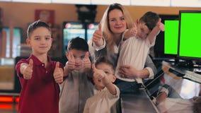 Os meninos e o mum escolhem os doces na mostra vídeos de arquivo