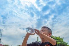 Os meninos estão bebendo a água fria foto de stock royalty free