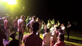 Os meninos indianos dançam com marriege dos amigos video estoque