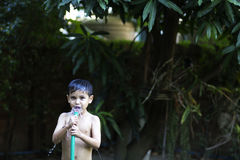 Os meninos jogaram a água no jardim Foto de Stock Royalty Free