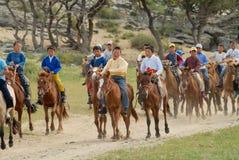 Os meninos locais participam na competição da equitação como parte de uma cerimônia de casamento tradicional cerca de Harhorin, M fotografia de stock royalty free
