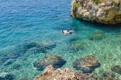 Os meninos mergulham com máscara na água do mar claro em Brela, Croácia fotos de stock royalty free
