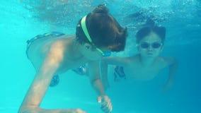 Os meninos mergulham na opinião da associação debaixo d'água vídeos de arquivo