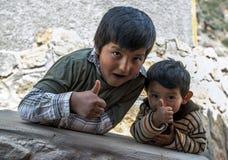 Os meninos peruanos no Maras salgam lagoas da evaporação no Peru Imagem de Stock