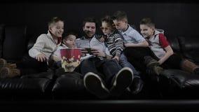 Os meninos que olham como um paizinho que joga no smartphone filme