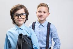 Os meninos satisfeitos querem ser homens de casos foto de stock royalty free