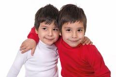 os meninos sentam-se em um abraço Imagem de Stock