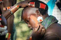 Os meninos vestem a composição para a cerimônia de salto do touro, Etiópia Foto de Stock