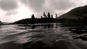 Os mergulhadores de mergulhador exploram a parte inferior rochosa na água pouco profunda Treinamento novo do mergulhador Moviment vídeos de arquivo