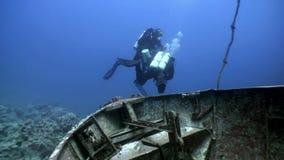 Os mergulhadores de mergulhador que nadam exploram o naufrágio profundamente debaixo d'água video estoque
