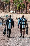Os mergulhadores de mergulhador vão ao mar Fotos de Stock Royalty Free