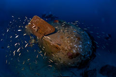 Os mergulhadores de Trimix exploram a destruição profunda Colona IV em 65 m Foto de Stock Royalty Free