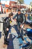 Os mergulhadores estão preparando-se Fotos de Stock