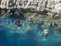 Os mergulhadores preparam-se para desabar o mergulho Foto de Stock Royalty Free