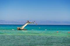 Os mergulhadores saltam na água aonde a reunião egeia e mediterrânea fotos de stock
