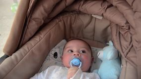 Os 3 meses bonitos do bebê idoso que faz as caras engraçadas no bebê levam o berço vídeos de arquivo