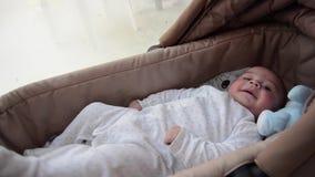 Os 3 meses bonitos do bebê idoso que faz as caras engraçadas no bebê levam o berço filme