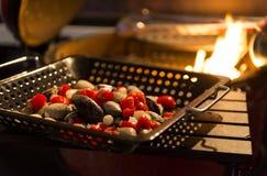 Os mexilhões são cozinhados com tomates em uma caçarola no fogo Imagem de Stock