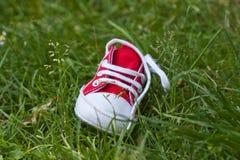 Os miúdos calç na grama Imagens de Stock