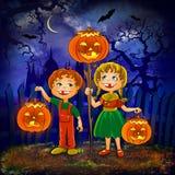 Os miúdos com abóboras comemoram Halloween. Imagem de Stock Royalty Free