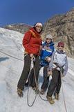 Os miúdos com a matriz na geleira excursionam em Noruega Foto de Stock Royalty Free