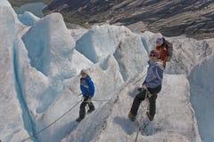 Os miúdos com a matriz na geleira excursionam em Noruega Foto de Stock