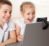 Os miúdos comunicam-se com em linha Foto de Stock Royalty Free