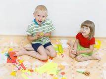 Os miúdos cortaram o papel colorido Fotografia de Stock