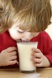 Os miúdos devem beber o leite foto de stock
