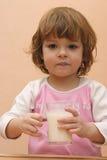 Os miúdos devem beber o leite Imagens de Stock