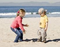 Os miúdos estão jogando na praia Fotografia de Stock