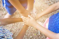 Os miúdos juntam-se às mãos Fotos de Stock Royalty Free