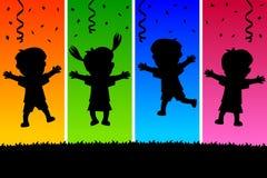 Os miúdos que saltam silhuetas Foto de Stock Royalty Free