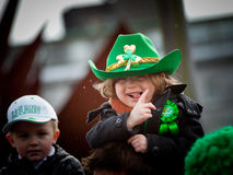 Os miúdos apreciam a parada do St. Patrick Fotos de Stock Royalty Free